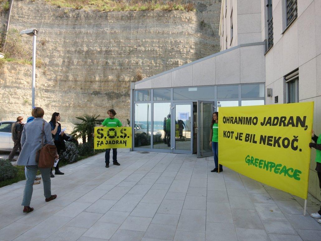 Uporaba transparentov na aktivnosti za zaščito Jadranskega morja (SOS za Jadran). (c) Greenpeace, 2015.
