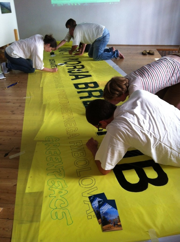Priprava transparentov, kampanja za trajnostno ribiško politiko. (c) Greenpeace, 2012.